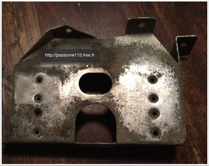 Remplacement de la pompe de lave-glace - Mercedes 200 /8 W115 1972 www.passionw115.fr